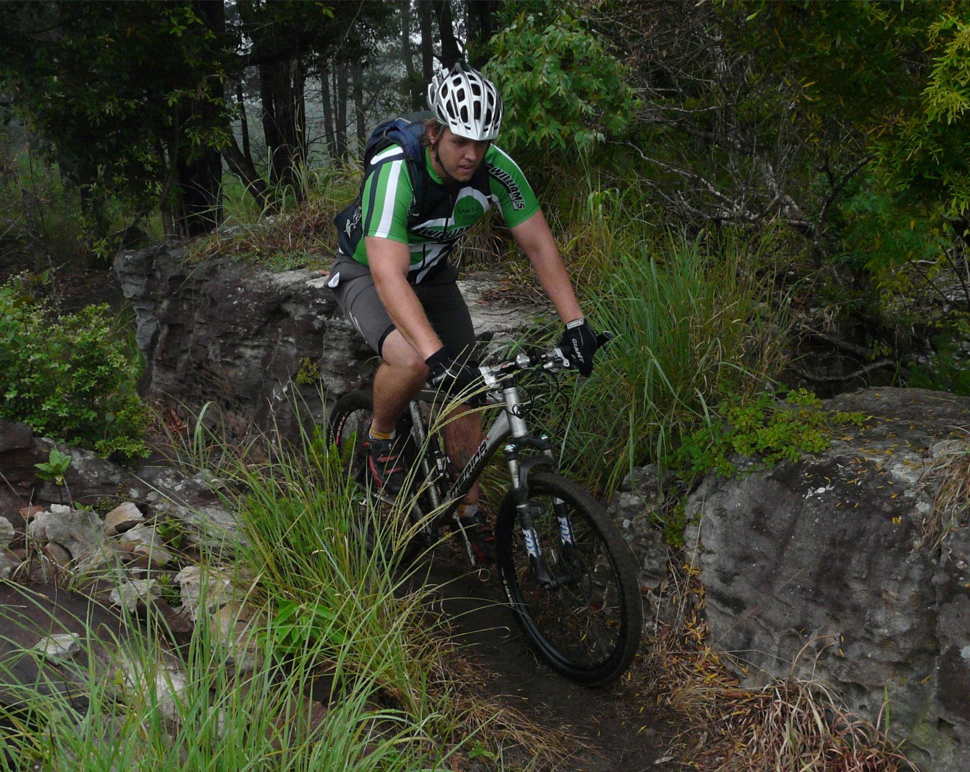 mountainbiker_over_rocks